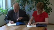 Jerry Brown and Nicola Sturgeon sign climate agreement picture from BBC
